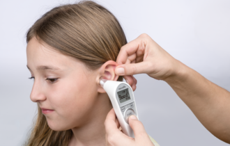 ACCUsens guidance system confirms the right position in the ear with a «good» on the LCD display and a beep.